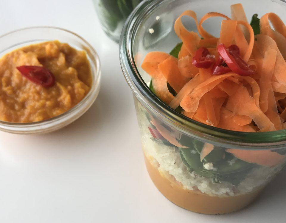 Ansicht von oben: Kuerbiscreme mit couscous und gemüse