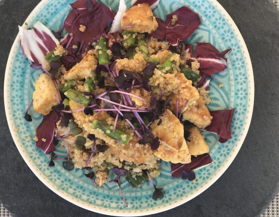 Quinoa-Tempeh-Pfanne mit grünem Spargel und Salat